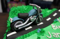 Bike Cake, chocolate cake with vanilla buttercream, fondant details. It was not as hard as I thought it was goning to be to make the bike. Fondant Toppers, Fondant Cakes, Cupcake Cakes, Buttercream Fondant, Vanilla Buttercream, Cupcakes, Motor Cake, Motorcycle Cake, Bike Cakes