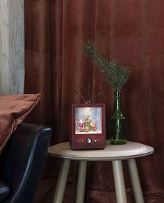 Nydelig vannfylt lykt med integrerte varmhvite LED lyskilder og glitter som minner oss om gamle dager og gir oss den magiske følelsen av julen som står for tur. Lykten er i rød farge og med motiv av en TV med en nisse og et barn. Den er utstyrt med vifte slik at du skal slippe å riste den hver gang du ønsker den i gang. Du kan velge om du vil bruke den med batteri eller strømkabel. Christmas World, Christmas Feeling, Magical Christmas, Beautiful Christmas, Kids Christmas, Christmas Lanterns, Christmas Decorations, Classic Christmas Songs, Light Decorations