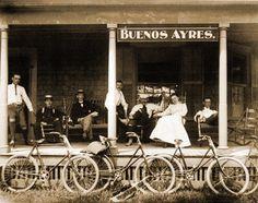 Antigua fotografía de Buenos Aires con gente y bicicletas. Primeros años del 1900.