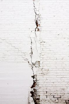 white brick wall - great textures and lines here Shades Of White, Black And White, Arte Yin Yang, Foto Macro, Backgrounds Wallpapers, Broken White, White Brick Walls, White Bricks, Stone Walls