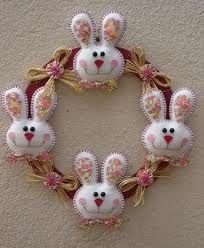 Felt bunny wreath   Guirlanda de coelho.