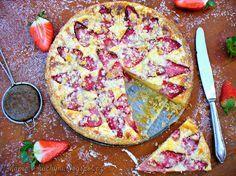 Křehký špaldový koláč s tvarohem a jahodami