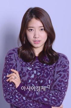 """Park Shin Hye debuted with """"Stairway to Heaven"""" and was popular right away. She was going through adolescence and she didn't like the fact that people looked at her. Rumors spread about things she didn't 'do. There was a group of friends who envied her in school so she was also nervous when it came to mingling with people. """"I'm afraid I'll get hurt""""."""