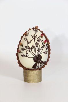 Huevo de Pascuas con rositas dIsecadas  comestibles elaborado por M.G.chocolates.