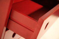 Cassettiera settimanale cuore in legno massello di pino di Svezia rustico, proposto in finitura rosso-marrone. www.arredamentirustici.it