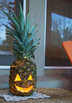 Pineapple jack-o-lantern - Halloween for a more tropical climate Halloween Themes, Fall Halloween, Halloween Crafts, Halloween Decorations, Halloween Party, Yard Decorations, Halloween Stuff, Pumpkin Crafts, Fall Crafts