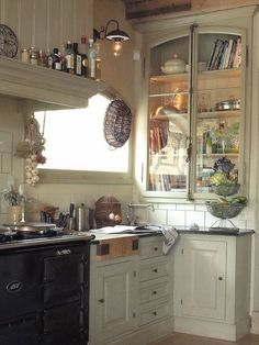 Amy Howard: I especially adore this built in bookcase. Using a window as the doors makes this a major focal point of this European kitchen. The hardware is especially fabulous. I love being able to have a special place in the kitchen for cookbooks. Cozy Kitchen, Country Kitchen, New Kitchen, Kitchen Decor, Swedish Kitchen, Kitchen Corner, Kitchen Layout, Vintage Kitchen, Kitchen Ideas