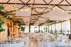 Ceiling of flowers: 20 decorative ideas that dress up your wedding hall - - Diy Wedding, Wedding Venues, Dream Wedding, Wedding Ideas, Diy Flowers, Wedding Flowers, Flower Ideas, Flower Ceiling, Wedding Hall Decorations