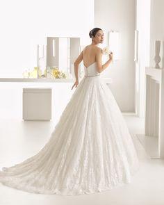 OLIMPIA vestido de encaje pedrería y apertura frontal de tul.