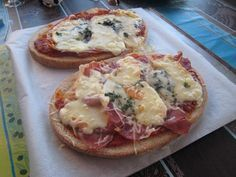 BRUSCHETTA AUX 3 FROMAGES & JAMBON (Pour 2 p : coulis de tomates pour tartiner le pain, 6 tranches fines de jambon cru, du reblochon, du bleu ou Roquefort, de l'Emmental râpé, du basilic ciselé, un soupçon d'huile d'olive) Tapas, Hamburger Pizza, Baguette, Vintage Bakery, Bruchetta, Food Wishes, My Best Recipe, Buffet, Quick Meals