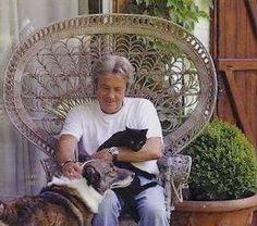 Alain Delon avec son chat noir Poupouss et son chien*