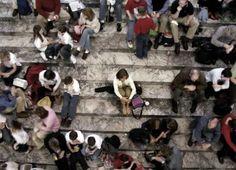 A fobia social incapacita a pessoa de uma maneira geral, para o estudo, para o trabalho e demais atividades sociais como relacionamentos amorosos e amizades.