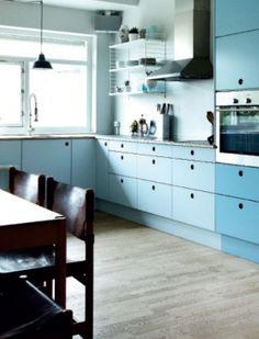 Prøv med låger i to forskellige farver. Køkkenfronter fra Reform    køkken // kitchen farver // colors  stilskift // make over