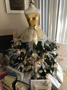 People Are Upcycling Mannequins Into Gorgeous Christmas Tree 'Gowns' Dress Form Christmas Tree, Holiday Tree, Xmas Tree, Christmas Tree Decorations, Christmas Wreaths, Burlap Christmas, Holiday Ornaments, Christmas Lights, Christmas Crafts