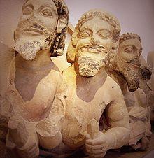 Fris: Tifó de tres caps, pertanyent a un frontó (560-550 aC), Museu de l'Acròpoli d'Atenes (escultura arcàica).