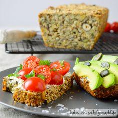 Low-Carb essen und dabei trotzdem Brot genießen? Ihr findet hier ein Rezept für ein Low-Carb-Brot, das ganz ohne Mehl auskommt und damit natürlich glutenfrei ist. Stattdessen enthält das Brot viele gesunde Inhaltsstoffe aus Nüssen, Körnern und Samen.