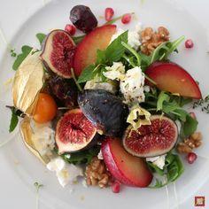 Toller bunter Herbstsalat mit Feigen, Pflaumen, Ziegenkäse und Nüssen