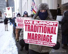 米ミシガン(Michigan)州デトロイト(Detroit)の連邦裁判所前で同性婚の合法化に抗議する伝統的な結婚を支持する人たち(2014年3月3日撮影)。(c)AFP/Getty Images/Bill Pugliano ▼22May2014AFP|米国民の55%が同性婚に賛成、過去最高 http://www.afpbb.com/articles/-/3015622