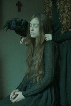 Laura Makabresku  une jeune fille priant et se faisant importuné par une sorcière sous forme spectrale et son familier corbeau .....