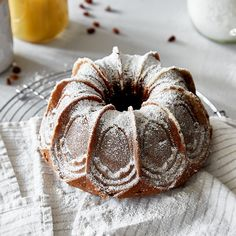 Ein einfacher Rührteig und ein kleine Schokotropfen machen deinen Kuchen zum Saftigsten unter den Gugelhupfen. Was sein Geheimnis ist? Fruchtiges Apfelmus.
