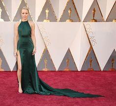 E o look verde de Rachel McAdams? É de August Getty Atelier. Joias Niwaka e sapatos Stuart Weitzman