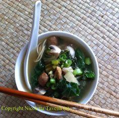 zuppa noodle, pak choi e pollo