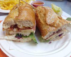 Mmmm! Bocadillo de pechuga de pollo al romero, queso Camembert, jamón york, lechuga y manzana caramelizada en @frayjuanzgz
