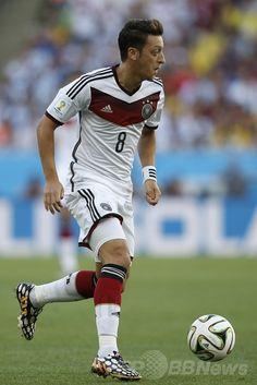 サッカーW杯ブラジル大会(2014 World Cup)決勝、ドイツ対アルゼンチン。ドリブルするドイツのメスト・エジル(Mesut Ozil、2014年7月13日撮影)。(c)AFP/ADRIAN DENNIS ▼14Jul2014AFP|【写真】W杯優勝を飾った歓喜のドイツ http://www.afpbb.com/articles/-/3020426 #Brazil2014 #Germany_Argentina_final #Mesut_Ozil Mesut Özil