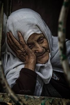 The thinking lady. Old Faces, Many Faces, Photo Couple, Ageless Beauty, Old Soul, Interesting Faces, People Around The World, Belle Photo, Old Women