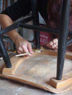 Il est important de bien appliquer la colle sur toute la surface à réparer. N'hésitez pas à utiliser un pinceau pour vous faciliter la tâche. #DIY #Bricolage