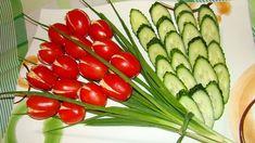 Салат из помидоров зеленого салата и огурцов
