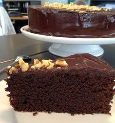 """Intet mindre. Dét søgte jeg på da jeg skulle lave feriekage til mine kolleger og der blev ønsket """"chokoladekage med chokolade på"""". Hm, man b..."""