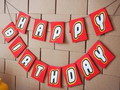 Guirlande Happy Birthday à l'occasion d'un anniversaire sur le thème lego. Idées, printables et vaisselle à retrouver sur www.rosecaramelle.fr/blog/lego-party #lego #party #legoparty #fete #anniversaire #birthday #sweettable #kids