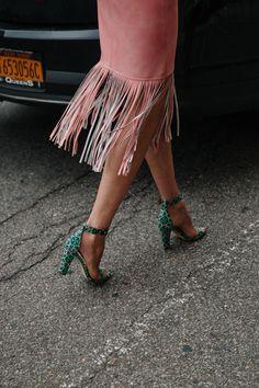 Fringe Benifits - New York Fashion Week Street Style New York Fashion, Fashion News, Fashion Trends, Street Chic, Street Fashion, Mode Style, Fashion Details, Passion For Fashion, Fashion Forward