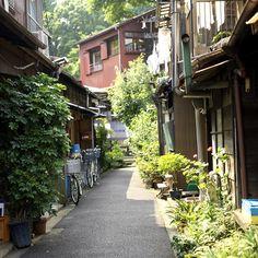 これ、麻布の三軒屋町の路地です。10億円の豪邸が立ち並ぶ裏にこんな感じの路地がまだあるの。    Motoazabu by masamitony, via Flickr