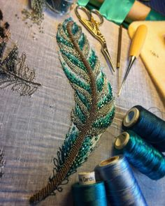 """1,096 Me gusta, 13 comentarios - Ceri Joanne Price (@cerijoanneprice) en Instagram: """"I added a little sparkle with some cut hexagon seed beads and Miyuki Delica beads and this feather…"""""""