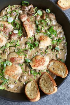 Kip in parmezaan roomsaus met knoflook ciabatta + doe de online gluten zelftest! – Beaufood Chicken in parmesan cream sauce with garlic ciabatta + take the online gluten self-test! Ciabatta, I Love Food, Good Food, Yummy Food, Food Porn, Comfort Food, Good Healthy Recipes, Italian Recipes, Food Inspiration