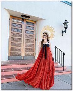 Halloween Photos, Halloween House, Cute Costumes, Halloween Costumes, Catrina Costume, Day Of The Dead Mask, Mexican Costume, Bridesmaid Dresses, Wedding Dresses