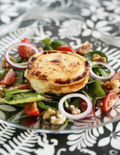Chèvre chaud – gratinerad getost - Recept - Tasteline.com Skagen, Lchf, Salmon Burgers, Yummy Food, Eat, Ethnic Recipes, Drinks, Beverages, Delicious Food