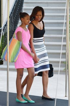 First Lady Michelle Obama looked resort chic in a striped dress and patent ballet flats as she and daughter Sasha made their way to board Marine One in Washington, D. Barack Obama, Malia Obama, Michelle Obama Fashion, Barack And Michelle, Estilo Fashion, Ideias Fashion, Obama Daughter, Estilo Navy, Divas