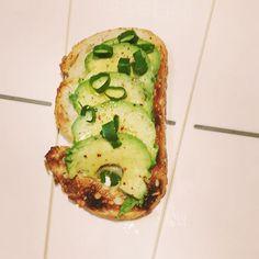 Nog een idee dat ik vond in het boek All-day breakfast van @tltthelittlethings: avocadotoast met pijpajuin, citroensap, chilipoeder, olijfolie, peper en zout. Zelf zou ik er nooit aan gedacht hebben om dit 's morgens te eten maar het is heerlijk.  Another idea I found in All-day breakfast by @tltthelittlethings: avocado toast with spring onion, lemon juice, chili powder, olive oil, pepper and salt.i would never have thought of eating this in the morning but it tastes delicious.  #avocado…