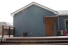 スウェーデンの雰囲気が漂う青い外壁。エイジング加工のドアや自然素材をふんだんに使った北欧ナチュラル住宅