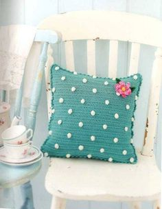 **Crochet Cushions**Polka Dots** Coussin à pois au crochet**// LOVE the idea. Crochet Diy, Beau Crochet, Crochet Mignon, Crochet Home Decor, Love Crochet, Beautiful Crochet, Crochet Crafts, Crochet Flowers, Crochet Projects