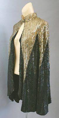 Fortuny reflejó en sus obras el estilo del modernismo y su espíritu ecléctico. Recuperó el gusto por la indumentaria de la Antigua Grecia y creó un estilo muy personal y de gran éxito basado en el diseño de trajes atemporales en que cada obra es única e irrepetible.