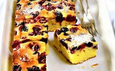 QUICK SIMPLE cheesecake with cherry and blackberry.Light dessert with berries and cottage cheese - an unconditional hit of the season, and more - a great way to feed a fussy little cottage cheese, who refuse to have this product in pure form.