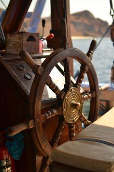 Drewniane koło sterowe ⛵ ✔ Sklep.Marynistyka... - prestiżowy morski wystrój wnętrz, #DekoracjeMarynistyczne, stylowe żeglarskie prezenty, Marynistyka.pl - niepowtarzalne upominki dla Żeglarzy, #marynistyczny wystrój wnętrz, nobilitujące #MarynistyczneDekoracje, ✔ Marynistyka.waw.pl - #PrezentdlaZeglarza, eleganckie morskie upominki, niecodzienne żeglarskie dodatki, ⛵ Marynistyka.org - mosiężne #kompasy i #busole, dawne kapitańskie #lunety, #sekstanty z mosiądzu, #dzwon