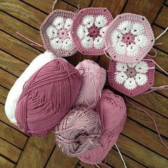 Afrikansk-blommor-made-by-BautaWitch. I like the idea of African Flowers with different outer shades. Afrikansk-blommor-made-by-BautaWitch. Tutorial Some gorgeous colours on website. I love these COLORS DIY - Virkade afrikanska blommor (hexagoner) DIY - p Crochet African Flowers, Crochet Leaves, Crochet Motifs, Crochet Blocks, Granny Square Crochet Pattern, Crochet Squares, Crochet Blanket Patterns, Crochet Flowers, Granny Squares