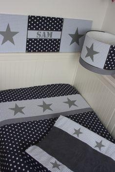 Set baby grijs - lichtblauw: lampenkap, stoffen schilderijen, dekbedovertrek, aankleedkussenhoes. Gemaakt naar jouw wensen.