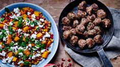 Lækre oksefrikadeller serveret med en skøn salat der er sød, salt, knasende, lun og mættende. Her får du opskriften på oksefrikadeller og græskarsalat med granatæble