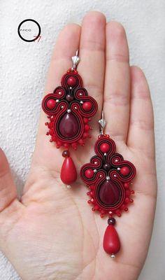Sono ispirati alla Croce, gli orecchini soutache rosso rubino con goccia in Giada colorata, perle in pasta di corallo e cristalli sfaccettati. Lunghezza tot. 8cm. Giada Zampar -Opificio77-